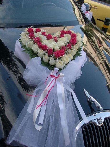 """Στολισμός αυτοκινήτου με ανθοσύνθεση """"καρδιά"""""""