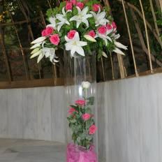 Ανθοστήλη με ροζ τριαντάφυλλα