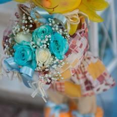 Καλαθάκι με μπλε και άσπρα τριαντάφυλλα
