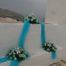 Μπλε τριαντάφυλλα και λευκά οριεντάλ