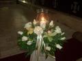 Ανθοσύνθεση με άσπρα τριαντάφυλλα και πράσινες ορχιδέες